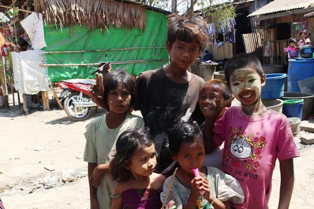アナウエンジージュワ村(ヤンゴン・ダラ地区)の子どもたち。カメラを向ければ笑顔を見せてくれる。果たして彼らは心の底から笑えているのだろうか
