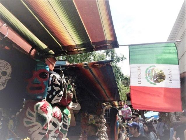 「VIVA MEXICO」(メキシコ万歳)と書かれた国旗が初夏の風になびく。ロサンゼルスのシンコ・デ・マヨ フェスティバルで