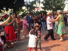 場所さえあれば音楽とあわせ、自分のスタイルで踊るのがメキシコ流。大人も子どもも関係ない。ロサンゼルスのオルベラ街で開かれたシンコ・デ・マヨ フェスティバルで撮影