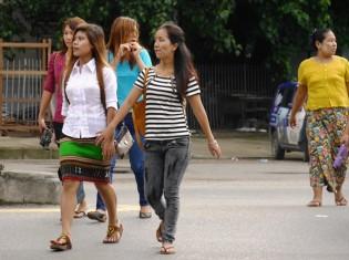 ミャンマーでも近年はミニスカートをはく若い女性が増えつつある(ヤンゴン、2015年撮影)