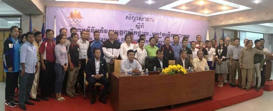 カンボジア・オリンピック委員会主催のセミナー開会式で。前列左から2人目が中村さん。ここでもワークショップをやった
