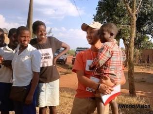 望月亮一郎駐在員とルワンダの子どもたち(ワールド・ビジョン・ジャパン提供)