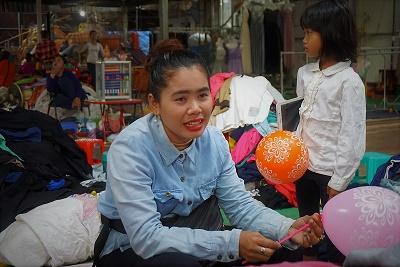 スライ・レーンさん(28)。カンボジア・シェムリアップのルー市場で昨年から古着店を営む