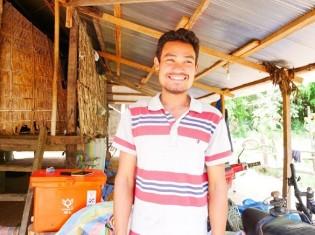 カンボジアで無農薬野菜のビジネスをするソピアンさん。はにかみながら笑顔でインタビューに応じる