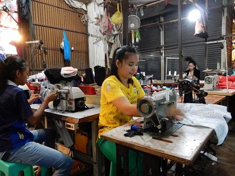 洋服の仕立て直し屋を営むニースさん(カンボジア・シェムリアップのルー市場)