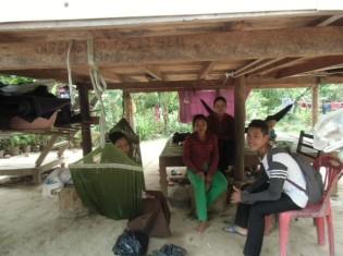 高床式の家の下で歓談する親せきの女性たち(カンボジア・シェムリアップ)