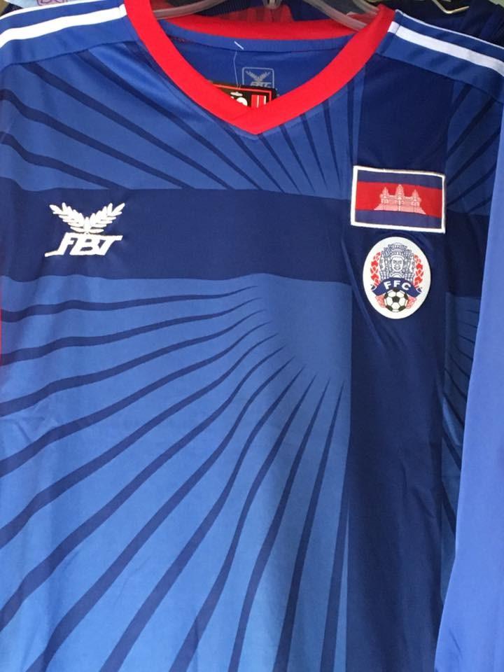 サッカーカンボジア代表のユニフォーム。ブッダのロゴが入っている