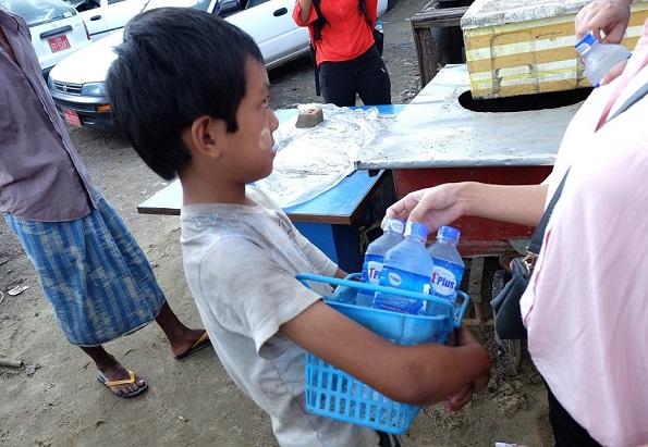 水売りの少年。厳しい暑さの中1日中ペットボトルを売り歩く
