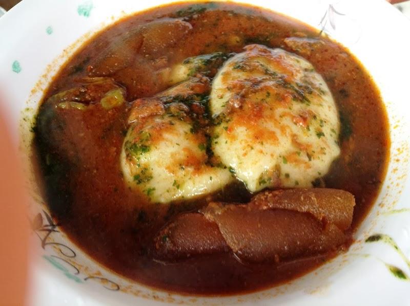 ツオザフィと乾燥オクラのスープ、ウェレ(牛の背肉)の組み合わせ