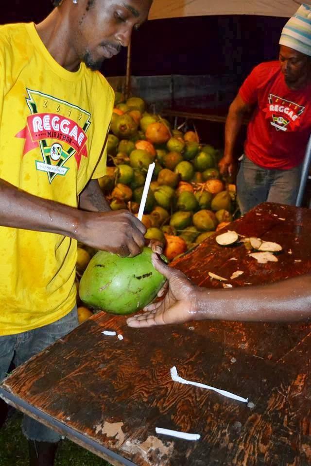 ゴール後には生のココナツをその場で割ってもらって飲んだ。南国ならではのおもてなしだ(ジャマイカ観光局Visit Jamaica facebookページより)