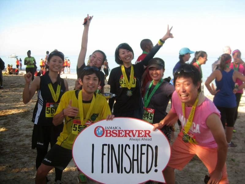 完走後、一緒に参加したジャマイカの青年海外協力隊員とともに撮影。「I finished!」の看板は、ジャマイカの新聞社オブザーバーが用意したもの