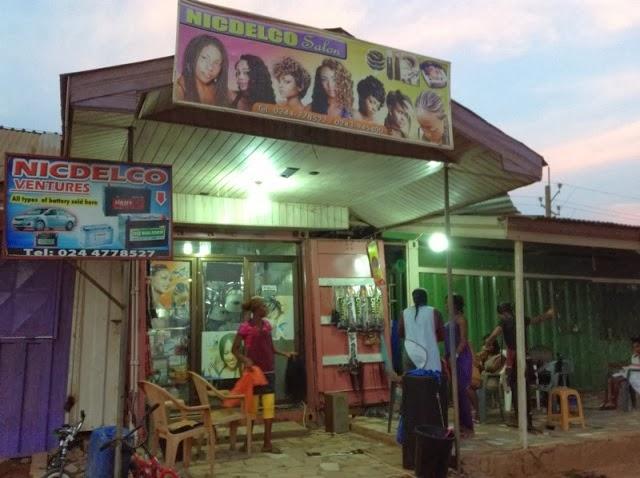 ガーナ大近くの小さなヘアサロン