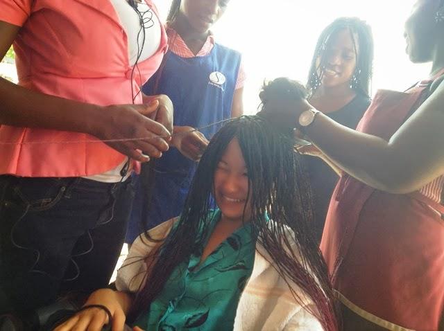 筆者の髪を編み込む陽気な中年美容師たち