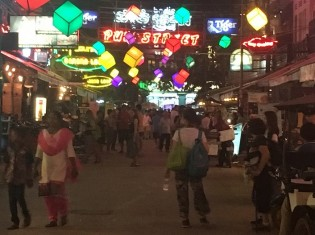 カンボジア・シェムリアップのパブストリート。怪しいマッサージ店が立ち並ぶ。観光客も多く訪れる