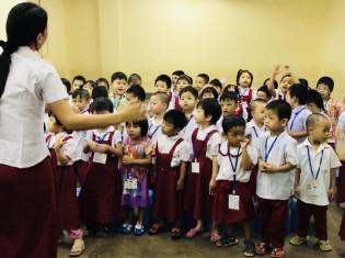 身体を動かしながら先生と歌の練習をする子供たち