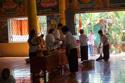 プチュンバンの期間に僧侶へ食事を配っているところ