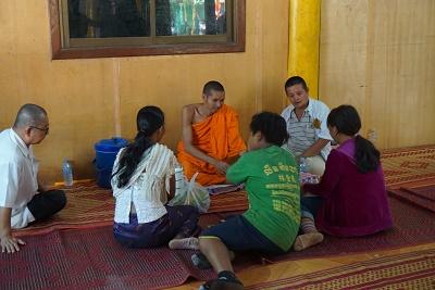 僧侶と対話する仏教徒。カンボジアではこんな場面はよく見かける