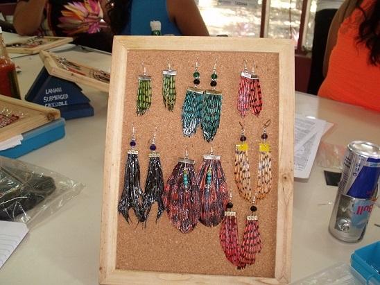 ミノカサゴ製のカラフルなアクセサリーの数々。魚から作っているようには見えない(写真は世銀提供)