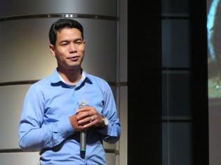 「ワールド・ビジョン・カフェ スペシャル」に登壇し、経験談を語るカンボジア人のレイ・シネットさん