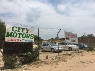 レタカネにある中古車販売店。展示車6台中5台が日本車だった
