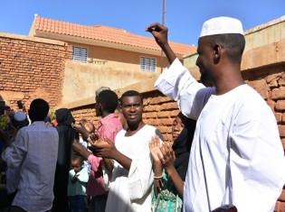 スーダン人が指を鳴らすのは、バス を 降りるとき、レストランで店員を呼ぶとき、結婚式などでダンスの拍子をとるとき。写真は結婚式の様子。スーダン人は指を鳴らすのが好きだ