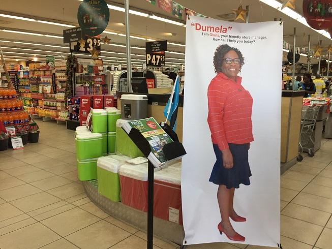 女性の社会進出は公務員だけでなく民間企業でも進む。ボテティ郡で最大のスーパーマーケットの店舗責任者は女性だ