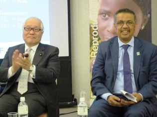 テドロス・アダノムWHO事務局長(右)と武見敬三参議院議員