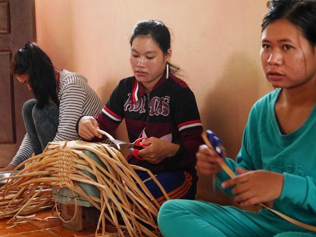 トンレサップ湖に自生するウォーターヒヤシンスを原料にした「手提げバスケット」を作るカンボジアの女性たち。横に並んで黙々と作業する