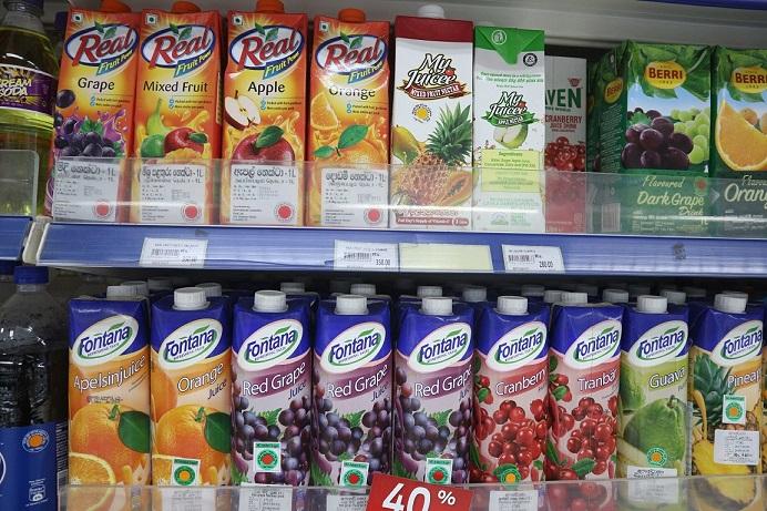 紙パックのフルーツジュースには赤や黄色のシールが貼られている(スリランカ・カルタラのスーパーマーケット)