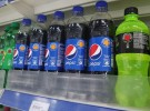 赤や黄色の丸いマークがあるから、ひとめで砂糖の含有量がわかる。スリランカ・カルタラのスーパーマーケットで撮影