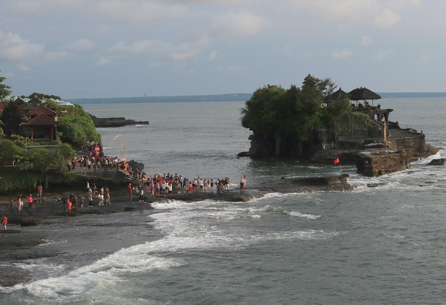 海の上に浮かぶバリ有数の観光地、タナロット寺院。インドネシア人観光客の姿が目立ち、海外からの観光客の姿は比較的少なかった(2017年中旬)