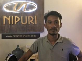 バリ南部スミニャックのニプリホテルで働くプルさん。「メディアの報道姿勢が観光客のバリに対するイメージをより悪くしている」と頭を抱える