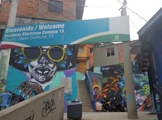 かつてコロンビア最恐のスラム街といわれた「コムナ13」(メデジン市)の入り口。ポップなグラフィティが観光客を出迎える