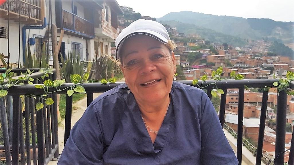 コムナ13でエンパナーダを売るエステラ・チャベーラ・カルデナスさん。生活の苦しさとコロンビア内戦での辛い経験を打ち明けた