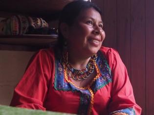 伝統衣装を纏い、インタビューに答えるマリさん