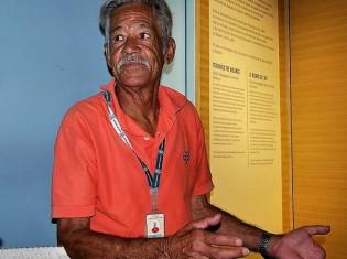 「内戦博物館」のガイドを務めるフランシスコ・ホセ・アルバレスさん