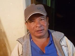 教師でエンベラ・チャミ族のヒルベルト・アントニオ・タスコンさん。チャミ語の存続に向け教科書を作った