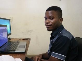 「SOARエンジニアリングでソフトウェア開発の経験を積んでいきたい」と語るホウンソウノウさん(ベナン・コトヌーで撮影)