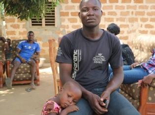 グロ・グレボジ村のパイナップル農家、ボノ・パコメさん