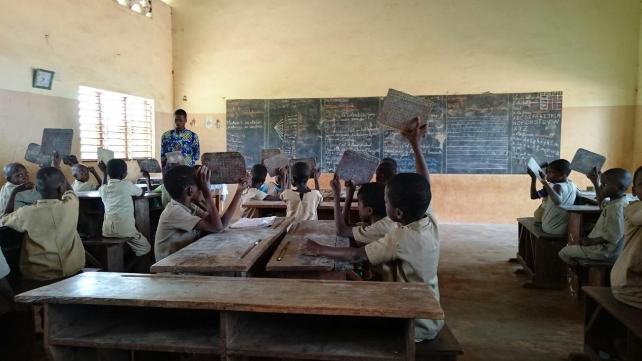 ヘカメ小学校の教室の中。ストライキがあったため、児童の数はいつもより少ない(ベナン・アトランティック県)