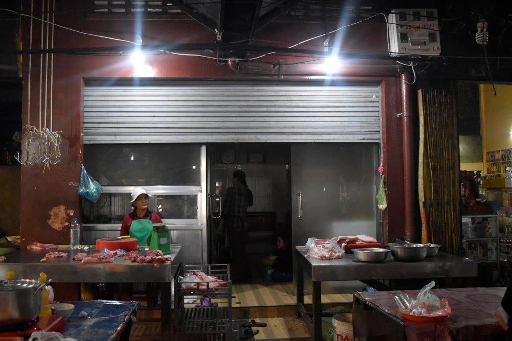 ホアさんが経営する豚肉屋「ストア86」。左右の台の上には、大胆に豚肉が置かれる。店舗の中には、注文を受けて豚をさばくための台や大型の冷蔵設備が備わる