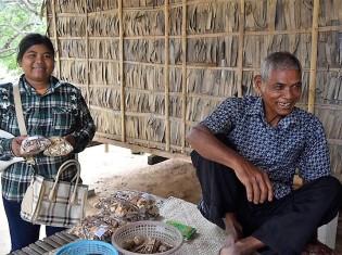 ジェクさん(写真左)の薬を買いにきた村の女性(写真右)