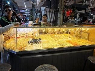 シェムリアップのプサー・ルー(ルー市場)の貴金属アクセサリーショップ「ティーダ」。中央にいる女性店員はナイイェンさん(2018年3月27日撮影)