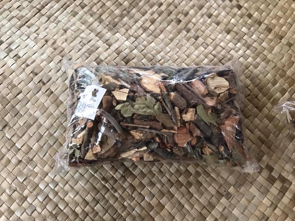 腹痛に効く薬を作るために8種類の木の幹を削り、煮詰めやすく加工したものをパックにして売る。1パックで2回分の薬となる