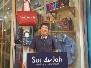 カンボジア・シェムリアップの繁華街パブストリート近くのSui-Joh。中央の男性は額田隆二さん。妻はカンボジア人だ