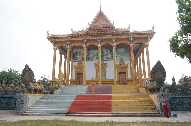 1980年代に建てられたワット・テュマイ。壁には僧侶たちが描いた仏教絵画がある(2018年3月30日撮影)