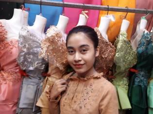 カンボジア・シェムリアップの庶民の市場「プサー・ルー」で働くカンボジア人女性。赤い口紅と、濃い眉が印象的だ