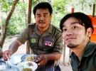 地雷原を訪問する古白川真さん(右)。左は、地雷撤去団体「CSHD(カンボジア・セルフヘルプ・ディマイニング)」の創設者であるアキ・ラーさん