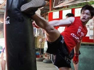 サンドバッグに後ろ回し蹴りを入れる金子大輝選手