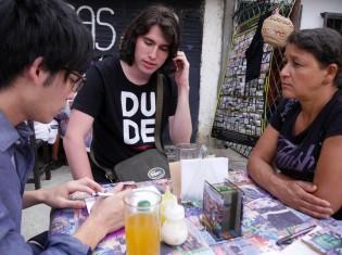 写真の右端がアナセリ・ヒメネスさん(コロンビア・メデジンの「コムナ13」で撮影)。中央はコロンビア人通訳のアレハンドロさん